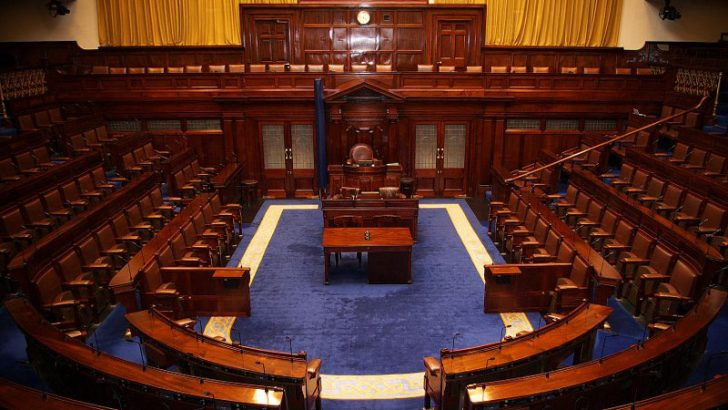 Dáil_Chamber byTommy Kavanagh [CC BY-SA 3.0 (http://creativecommons.org/licenses/by-sa/3.0) or GFDL (http://www.gnu.org/copyleft/fdl.html)], via Wikimedia Commons